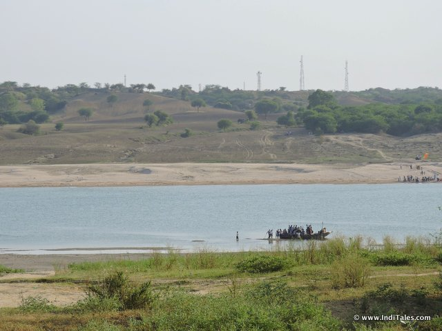 Two banks & a Boat on Chambal River