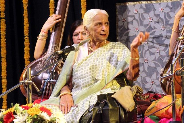 भारतीय शास्त्रीय गायिका-गिरिजा देवी चैती गाते हुए
