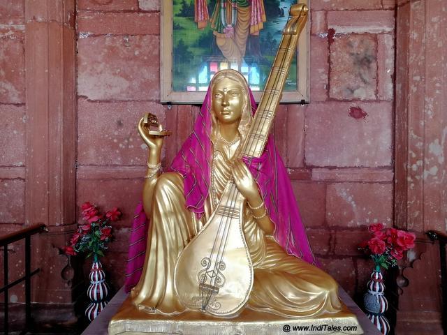 मेड़ता  में मीराबाई स्मारक में मीरा की मूर्ति