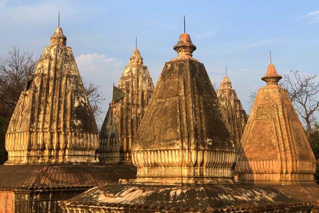 शाही समाधान के मंदिर से शिखर