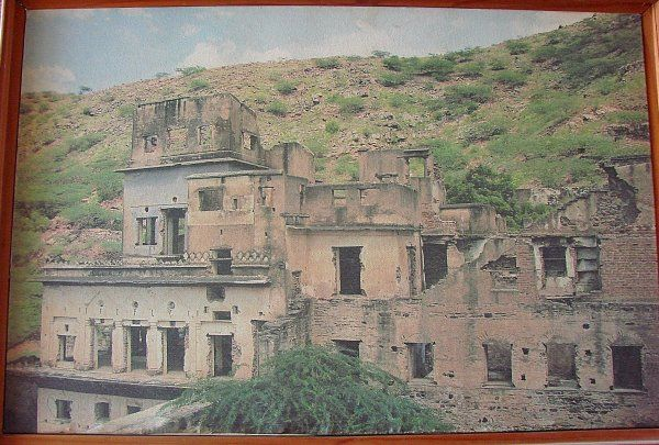 Neemrana Fort in ruins photo