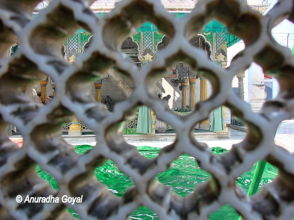 Women's view of the Baba Kaki Dargah