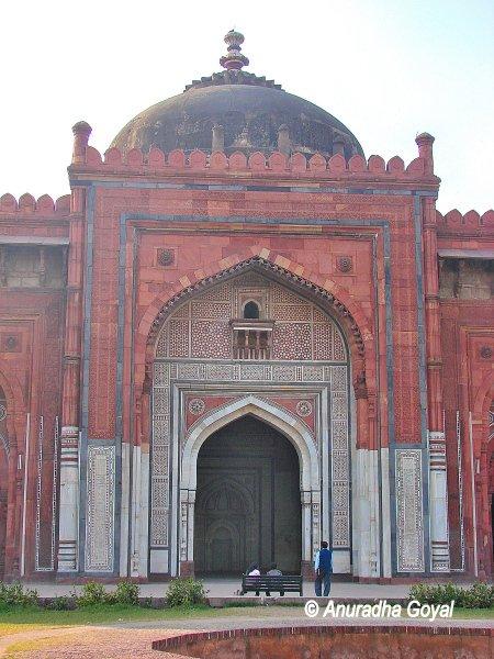 Qila-e-Kohna mosque inside Purana Qila