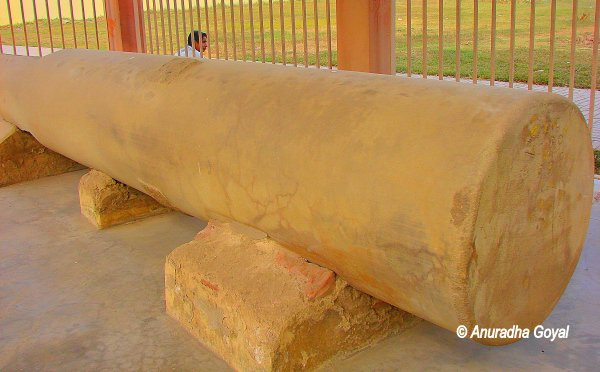 A broken pillar from the 80 pillared halls at Kumhrar