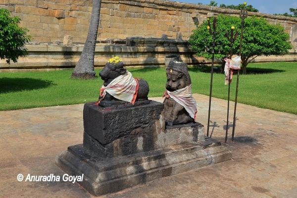 Stone statues at Brihadeeswarar Temple complex, Gangaikonda Cholapuram Temple