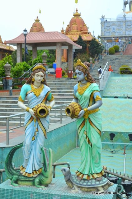 Ganga & Yamuna statues at the entrance