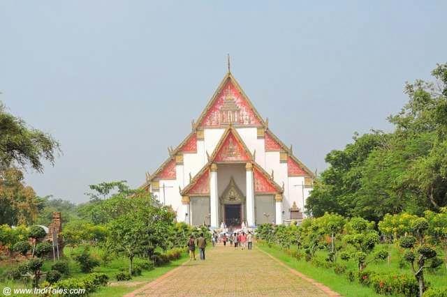 Wihan Phra Mongkhon Bophit - a Living Temple