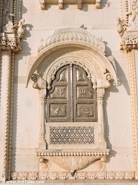 Jharokha on outer wall - Do not miss the rats carved