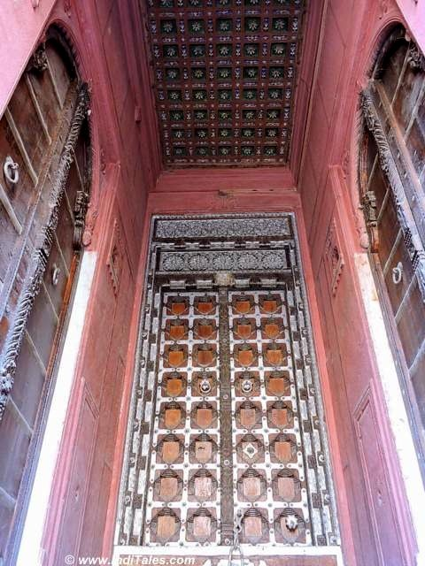 Narrow entrances to the grand Havelis