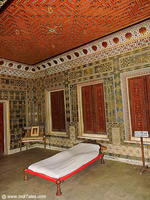 The bed that can hang from the ceiling - Gaj Mandir