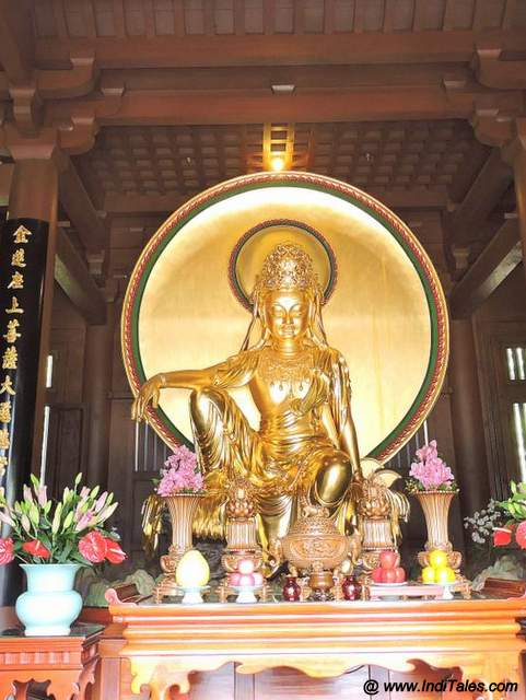 Golden statues at Chi Lin Nunnery