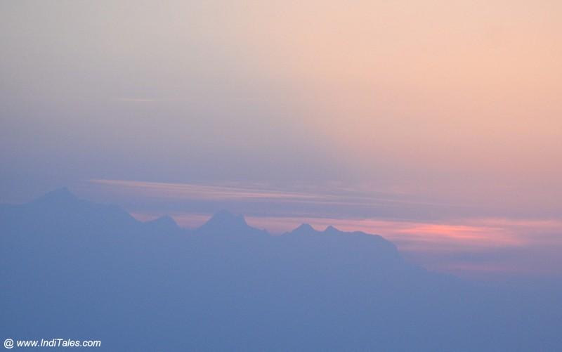 सूर्योदय से पहले की लालिमा - बिनसर