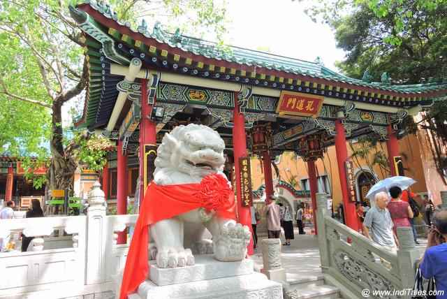 Wong Tai Sin Temple with its guardians
