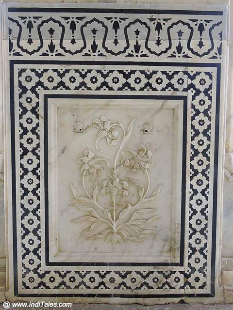 Magic Flower on a pillar of Sheesh Mahal
