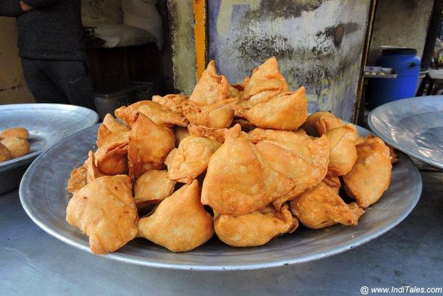 Tempting Fresh Samosas at Pammi Poorian Wala