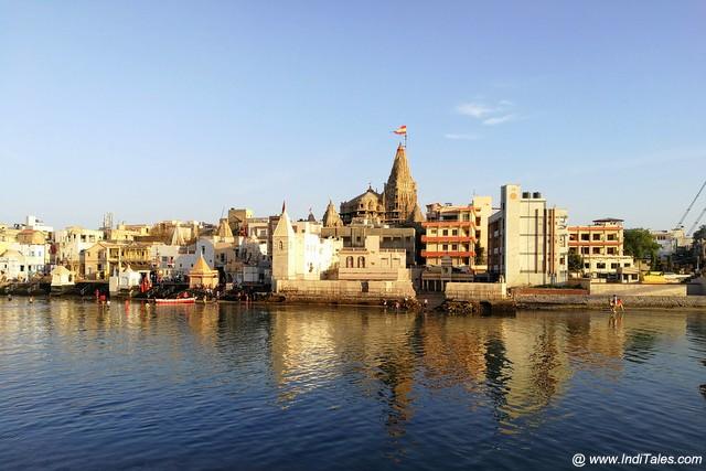 श्री द्वारकाधीश मंदिर गोमती नदी के जल में झलकता हुआ