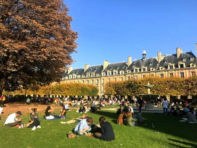 Parisians eating while basking in the Sun