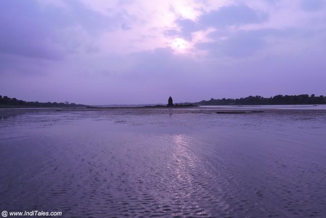 नर्मदा नदी के मध्य स्थित प्राचीन बाणेश्वर मंदिर
