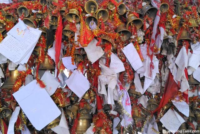 घंटियों और चिट्ठियों से भरा चित्तई का मंदिर