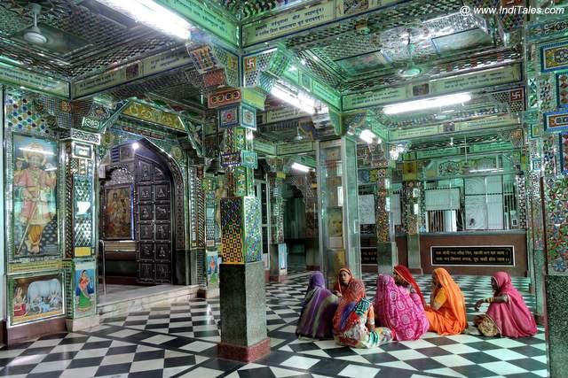 चारभुजा मंदिर में भजन करती महिलाएं