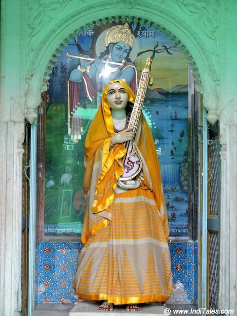 चारभुजा मंदिर प्रांगण में मीरा मंदिर