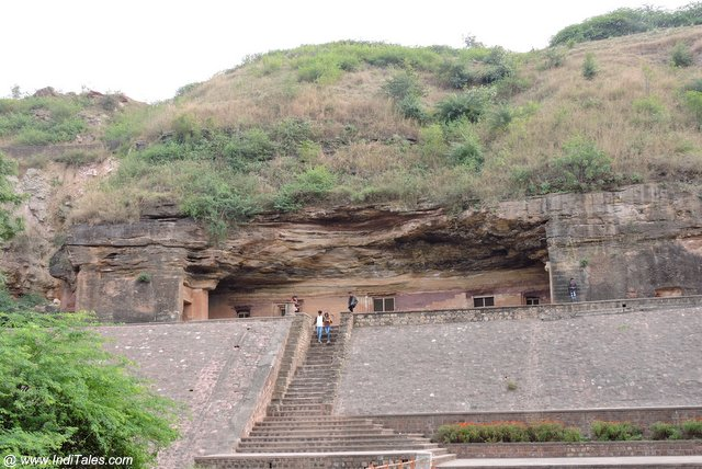 ऊंची चट्टान पर स्थित बाघ गुफाएं