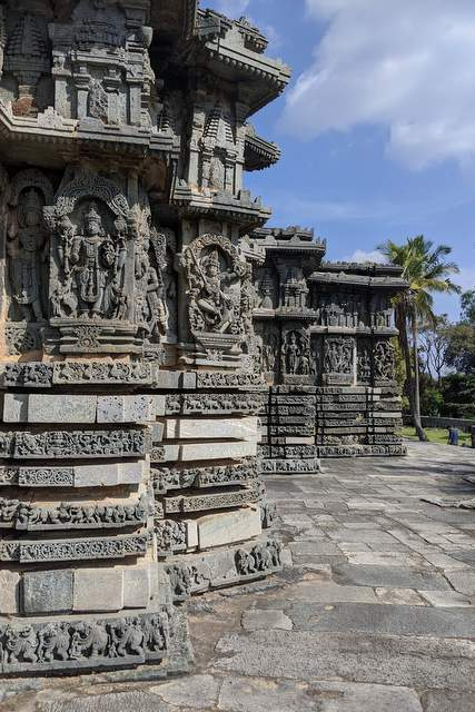 Sculptures on the outer walls of Kedareshwar temple, Halebeedu