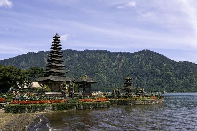 Ulun Danu Beratan Temple landscape view