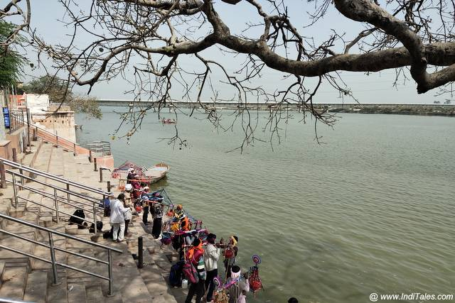 Kanwariyas filling water from Ganga