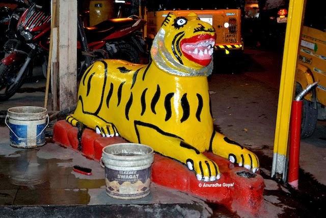 Mitti ka Sher idol of clay at Charminar at Hyderabad